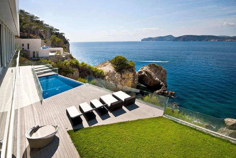 Terrace and swimming pool overlooking the sea