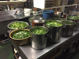 青菜(せいさい)と大根、ニンジンを切る。
