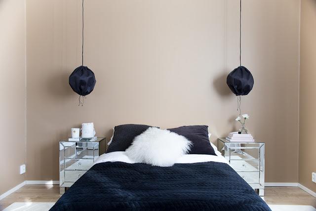 makuuhuoneen sisustus, petaus, peilipintaiset yöpöydät, hattara-matto