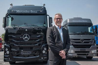 Mercedes benz pesado caminhão preto