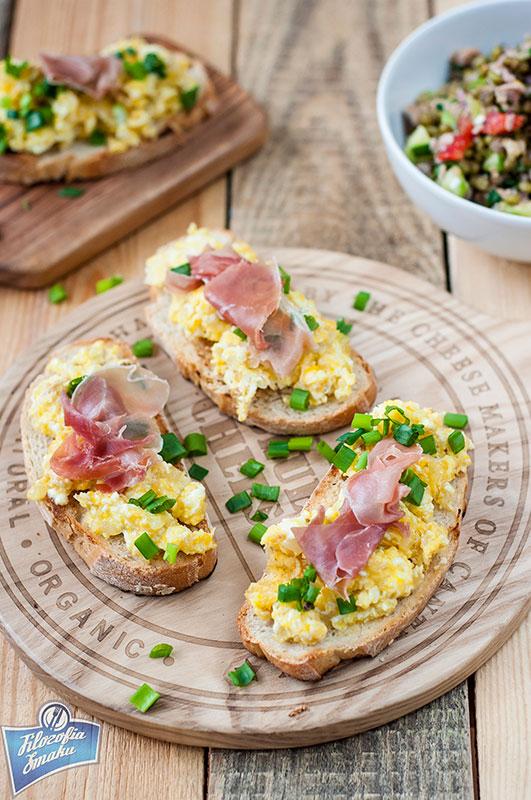 Grzanki z jajecznicą i szynką