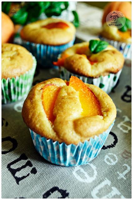 Muffiny z morelami i kaszką kukurydziana.