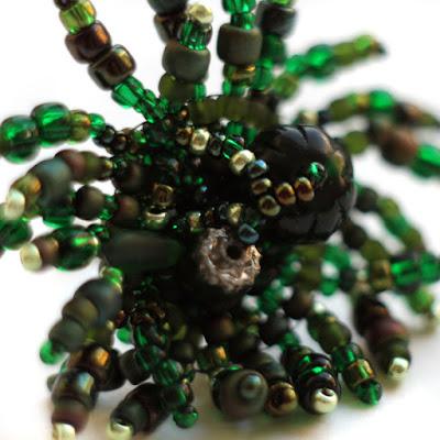 купить странные украшения ручной работы темно зеленое кольцо из бисера