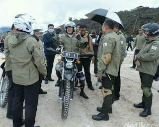 Pak Jokowi Naik Trail Sidak Proyek Trans Papua ..KEREN !! 👍