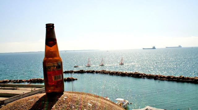 mare, lungomare Taranto, bottiglia di birra, sole, cielo, panorama