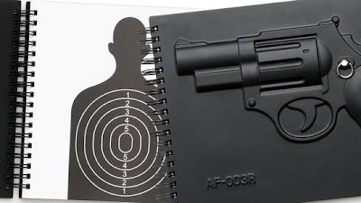 Libretas  3D con revolver en la portada