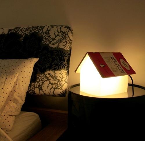 Lampu meja terbuat dari buku bekas.