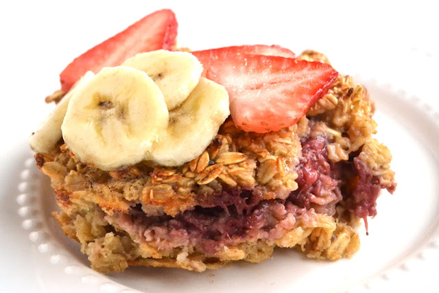 Peanut Butter and Jelly Baked Oatmeal is stuffed with a fresh strawberry jam layer, ready in just 30 minutes and is topped with drippy peanut butter and fresh fruit for a healthy and filling breakfast. www.nutritionistreviews.com
