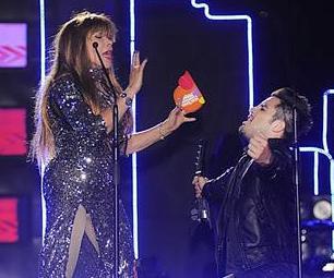 Foto de La Tigresa del Oriente junto a otro cantante