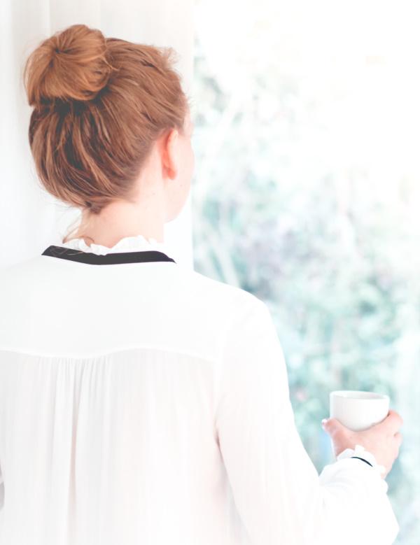 Kleine Auszeit am Morgen mit dem Lieblingskaffee - Zeit, um Kraft für den Tag zu sammeln