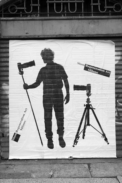 Silhouette di Andrea Salpetre su una serranda di un magazzino chiuso da tempo in via G.B. Sammartini