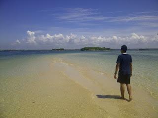 Jalan Pasir yang membelah lautan dan menghubungkan P.Maringkik dengan P.Kambing