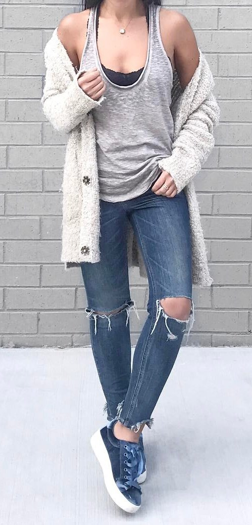 street style prefection: cardi + top + ripped jeans + sneakers