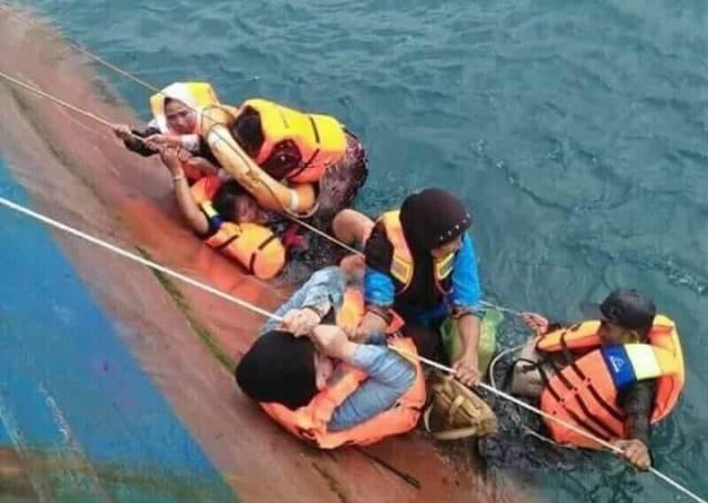 Evakuasi KMP Lestari Maju yang tenggelam di Kepulauan Selayar.