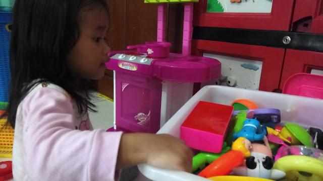 membereskan mainan anak supaya bersih dan aman