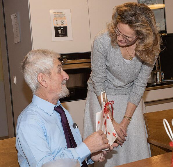 Hereditary Princess Sophie met with old patients at the resident of the nursing home and gave various gifts to them