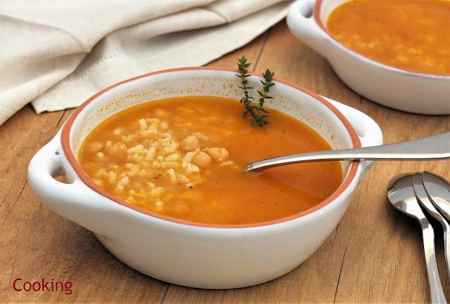 Uma sopa de grão com o sabor adocicado e característico do grão, em que o arroz a transforma numa sopa mais substancial.