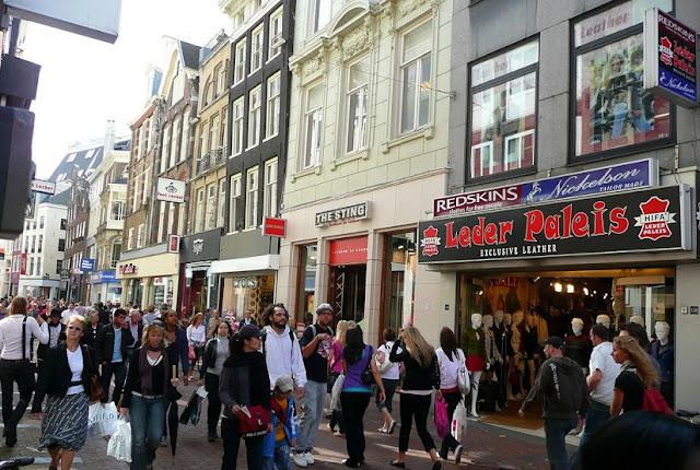 Kalverstraat para comprar lembrancinhas e souvenirs em Amsterdã