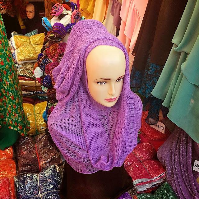 インドネシア(ジャカルタ)のヒジャブ市場で買い付け