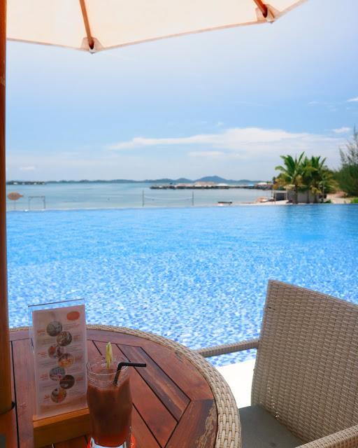 Menikmati paket Sunday Cheerpool Brunch di Rock Salt Beach Club - Harris Resort Barelang