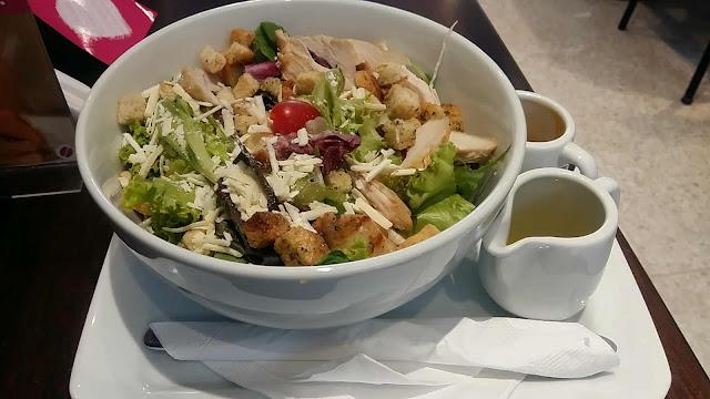 Salada caprese com molho bechamel e azeite