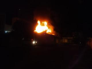 Incêndio atinge casa e 3 lojas no centro de Jataizinho, família perdeu tudo.Veja o vídeo!