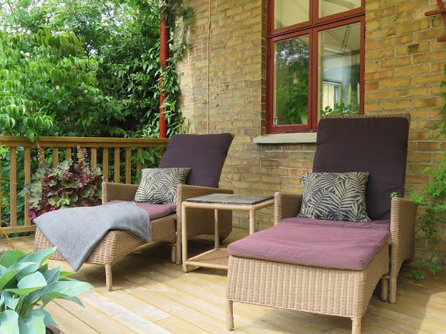 En sittegruppe oppå verandaen inntil boligen, Solhem. Trädgårdsrundan i Skåne.