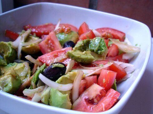 A tasty salad detoxifying against bloating