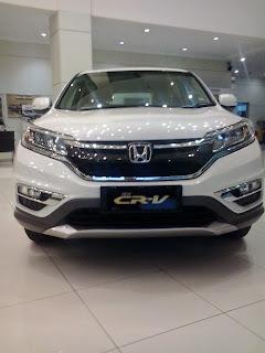 Honda CRV warna putih di dealer mobil honda