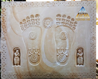 Gambar telapak kaki budha di atas lempengan batu alam