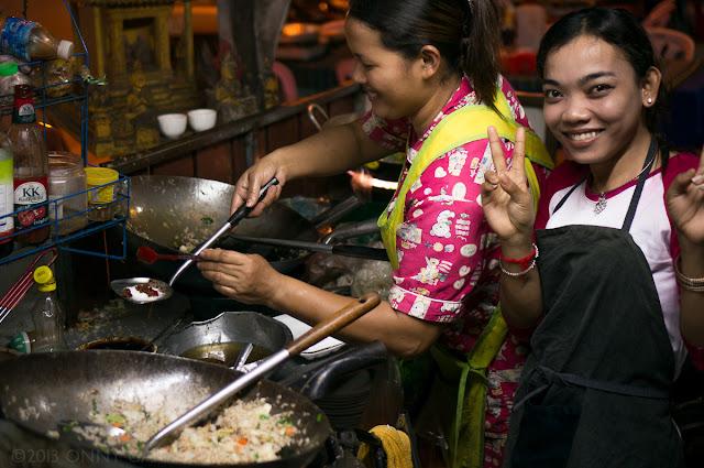 Restaurant de rue à Siem Reap. Photographie par Onny Carr. (CC)