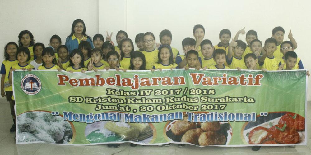 Siswa Kelas 4 SD Kalam Kudus Belajar Membuat Makanan Tradisional