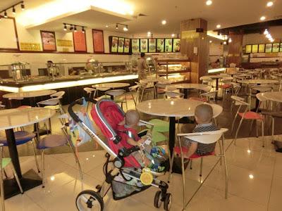 Daddy dan anak-anak lelaki breakfast di Imago