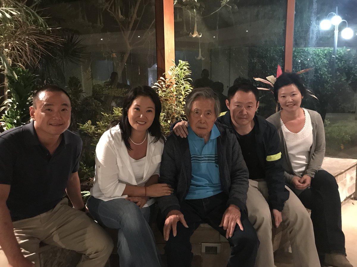 Fujimori junto a sus hijos Keiko y Kenji al salir del hospital en Lima / TWITTER