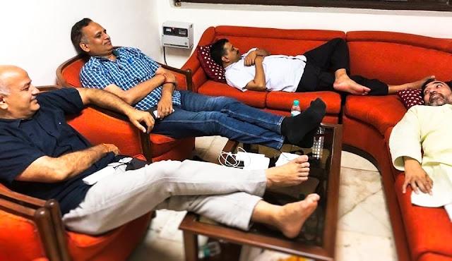 केजरीवाल का मंत्रियों समेत एलजी आवास पर धरना