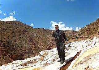 Pose para foto nas Salineras de Maras / Peru. Vista para trás.