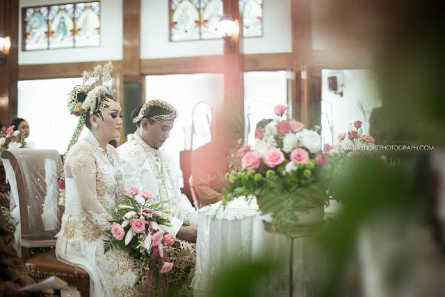 foto pasangan depi dalam misa sakramen perkawinan di gereja katholik gamping dengan kebaya putih