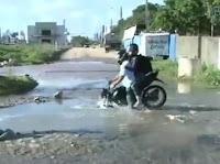 Moto é engolida por buraco enquanto TV mostrava vazamento ao vivo, em João Pessoa