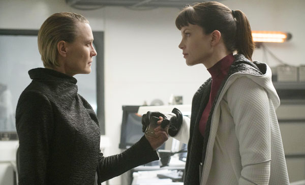 Lt. Joshi (Robin Wright) encounters Luv (Sylvia Hoeks) in BLADE RUNNER 2049