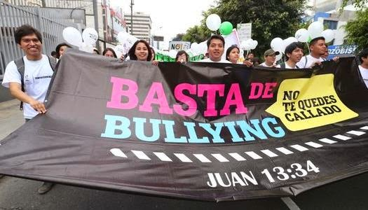 Jóvenes cristianos marchan por la paz en Perú