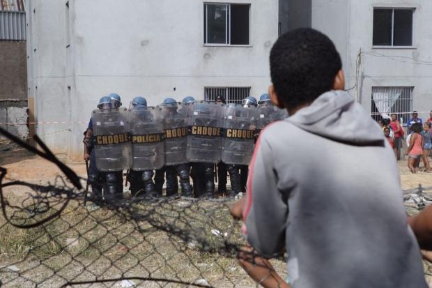 Choque da Guarda Municipal de Contagem (MG) entra em confronto com invasores durante reintegração de Conjunto Habitacional