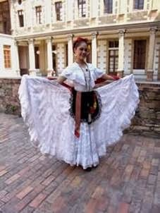 2cee481c7 El traje típico de Veracruz se caracteriza en las mujeres por contar con  una falda ancha y oleada de color blanco (decorada a mano con encajes y  bordados ...