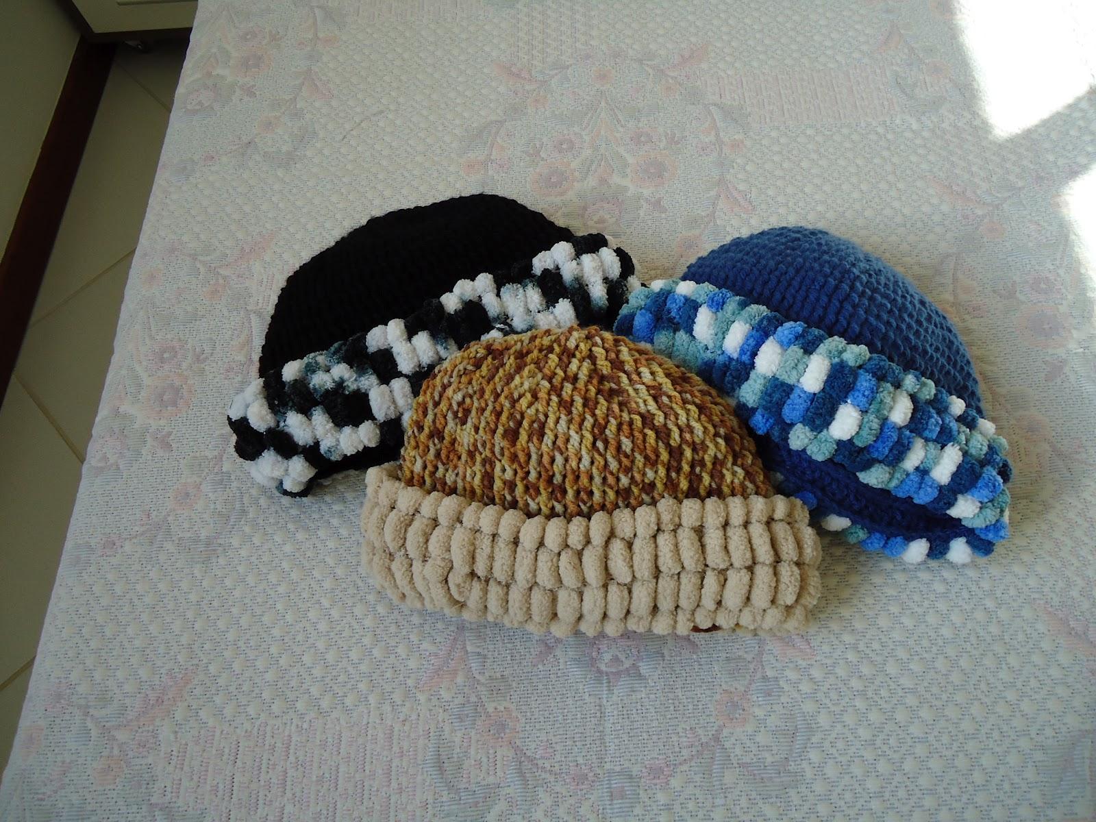 3d390301bc6a1 Esta touca é feita em crochê e as bordas em tricô com lã pompom.