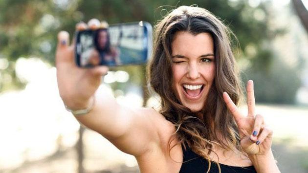 Tomarse selfies haciendo el símbolo de la paz puede amenazar nuestra privacidad