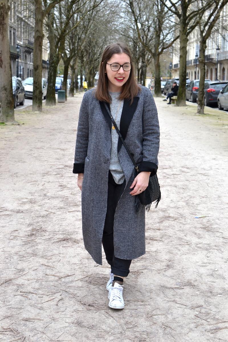 manteau long pied de poule Zara, jean noir Mango, pull gris Zara,stan smith, chausette résille Asos, sac Maje, médaille Amour
