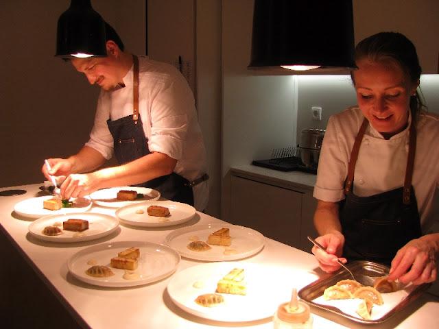 Chefs arrumando pratos a servir em superclub