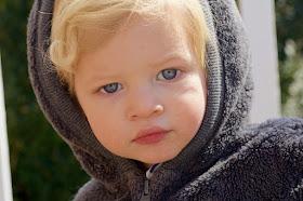Kleiner Junge schaut traurig