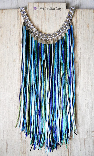 Collar flecos en azules y verdes · Blue and green fringed necklace