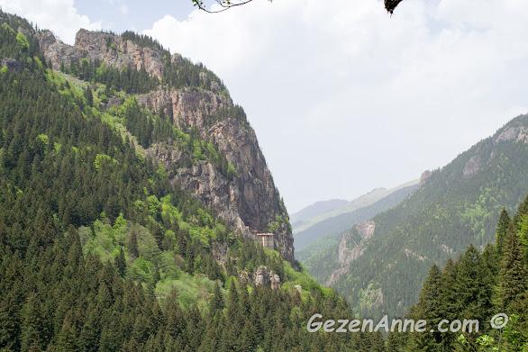 bir dağ yamacını inci gibi süsleyen Sümela Meryem Ana Manastırı, Maçka Trabzon