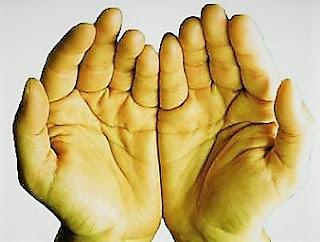 Manos blanco amarillentas